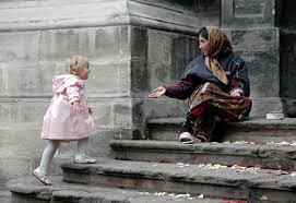 нищенка и девочка в розовом